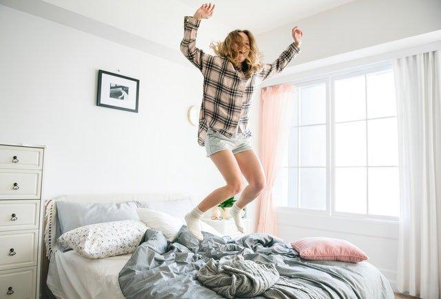 Žena, ktorá skáče na posteli