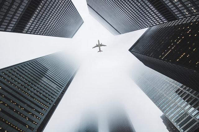 lietadlo medzi budovami.jpg