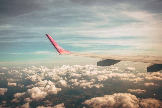 krídlo lietadla v oblakoch.jpg