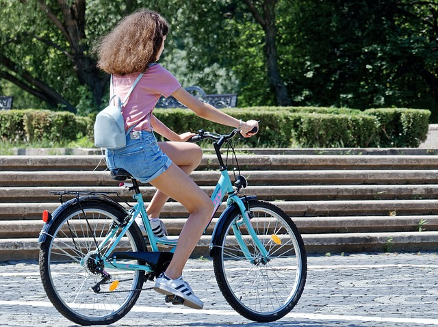 bicykel dievča park.jpg