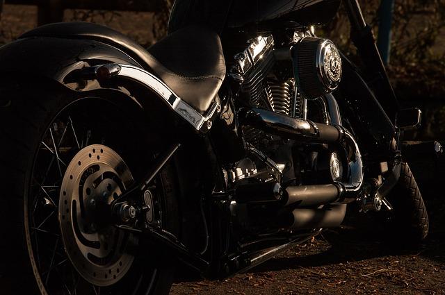 čierna štýlová motorka