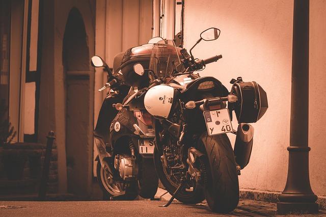 zaparkovaná cestovná motorka s prilbou
